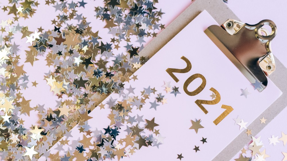 2021 on a clipboard with star glitter